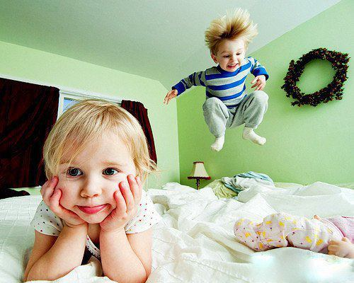 Дети прыгают на кровати