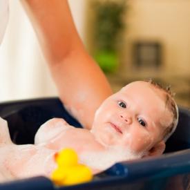 купание младенца,грудничка,ребенка
