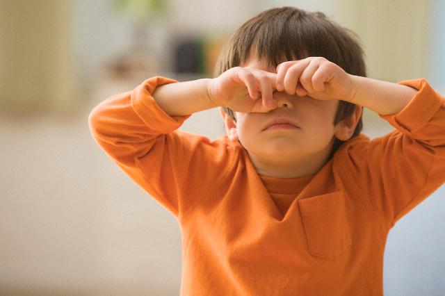 ребенок закрывает глаза