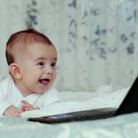 малыш,за компьютером