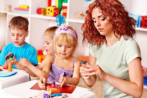 дети играют с воспитателем