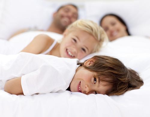 семья в кровати