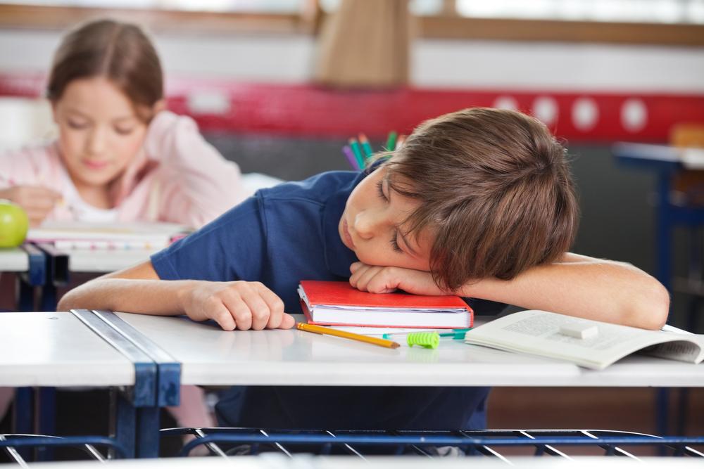 ребенок спит на уроке