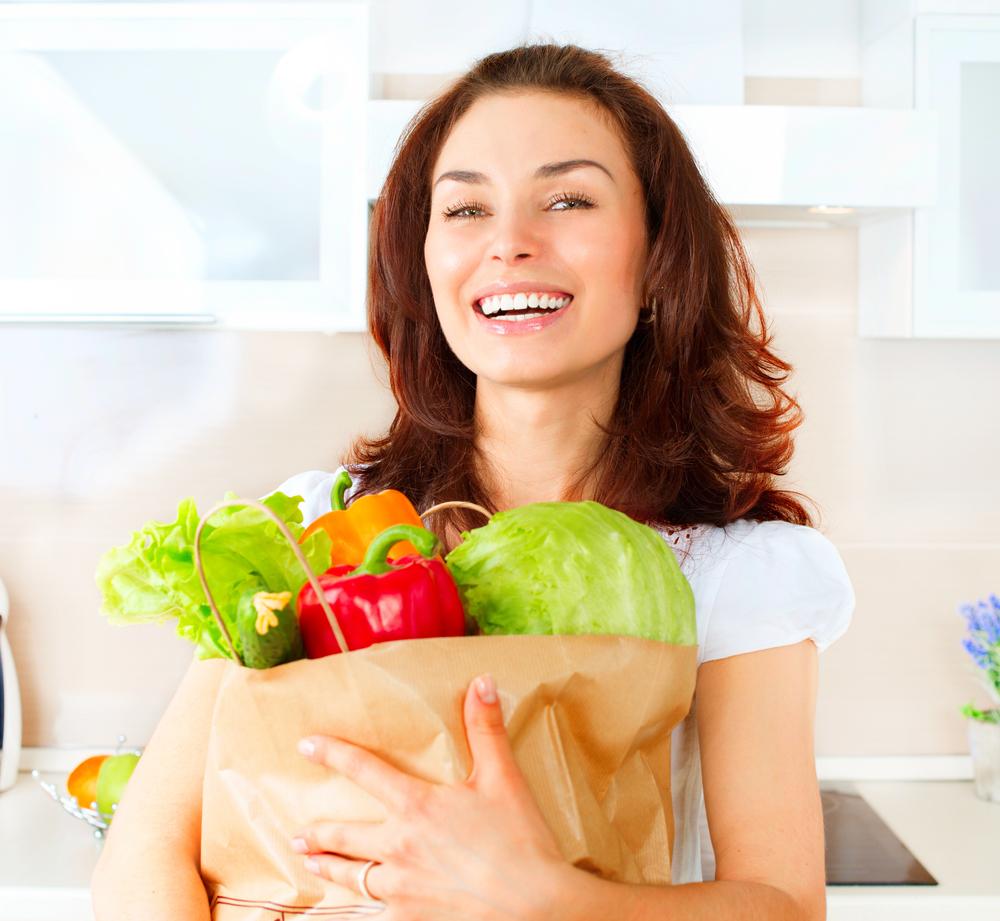 женщина держит овощи