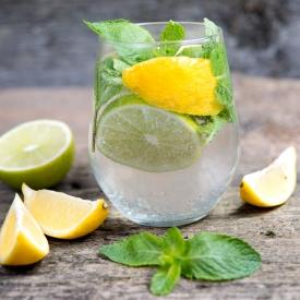 вред лимонной воды,вред воды с лимоном,вода с лимоном утром