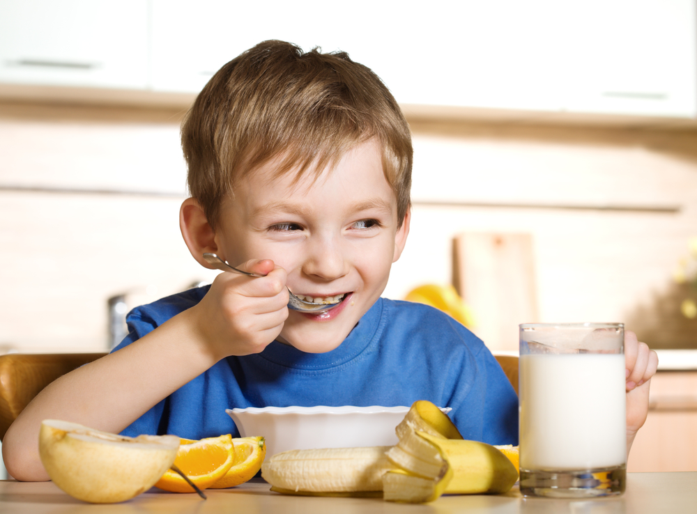 мальчик завтракает
