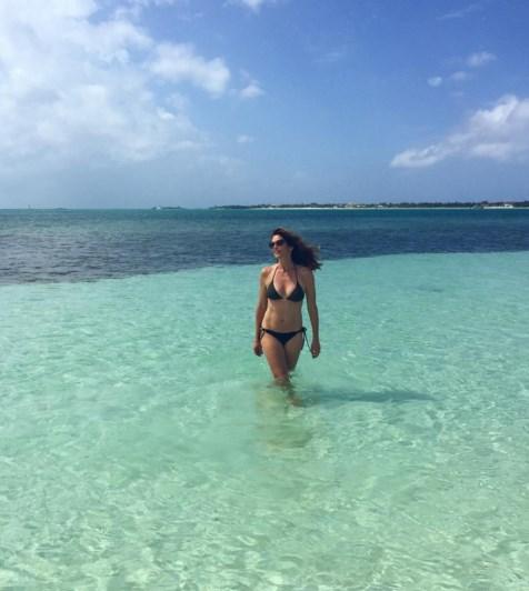 Синди Кроуфорд купается в океане