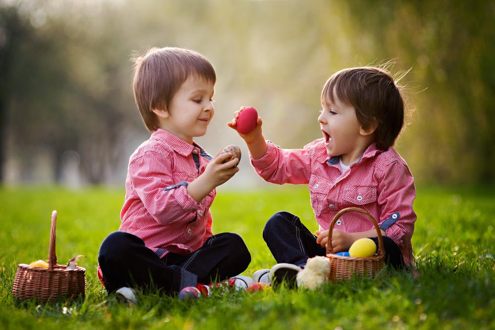 мальчики играю яйцами пасхальными