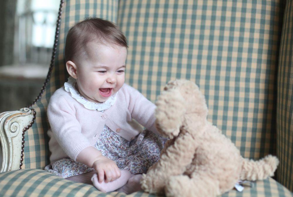 Принцесса Шарлотта с игрушкой