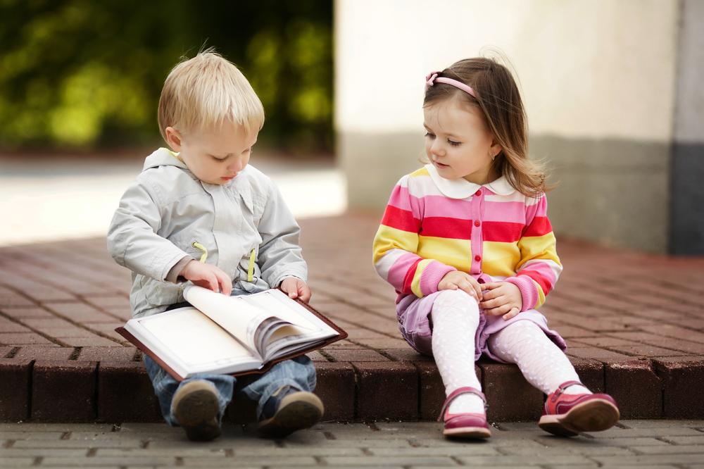 дети смотрят книгу