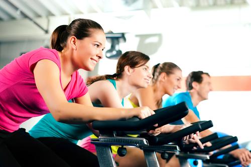 Женщины тренируются на велотренажерах