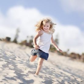 Какие опасности могут поджидать летом детей: правила для родителей