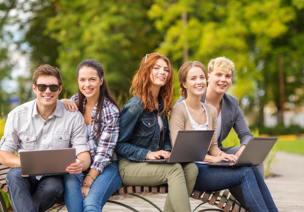 подростки с ноутбуками
