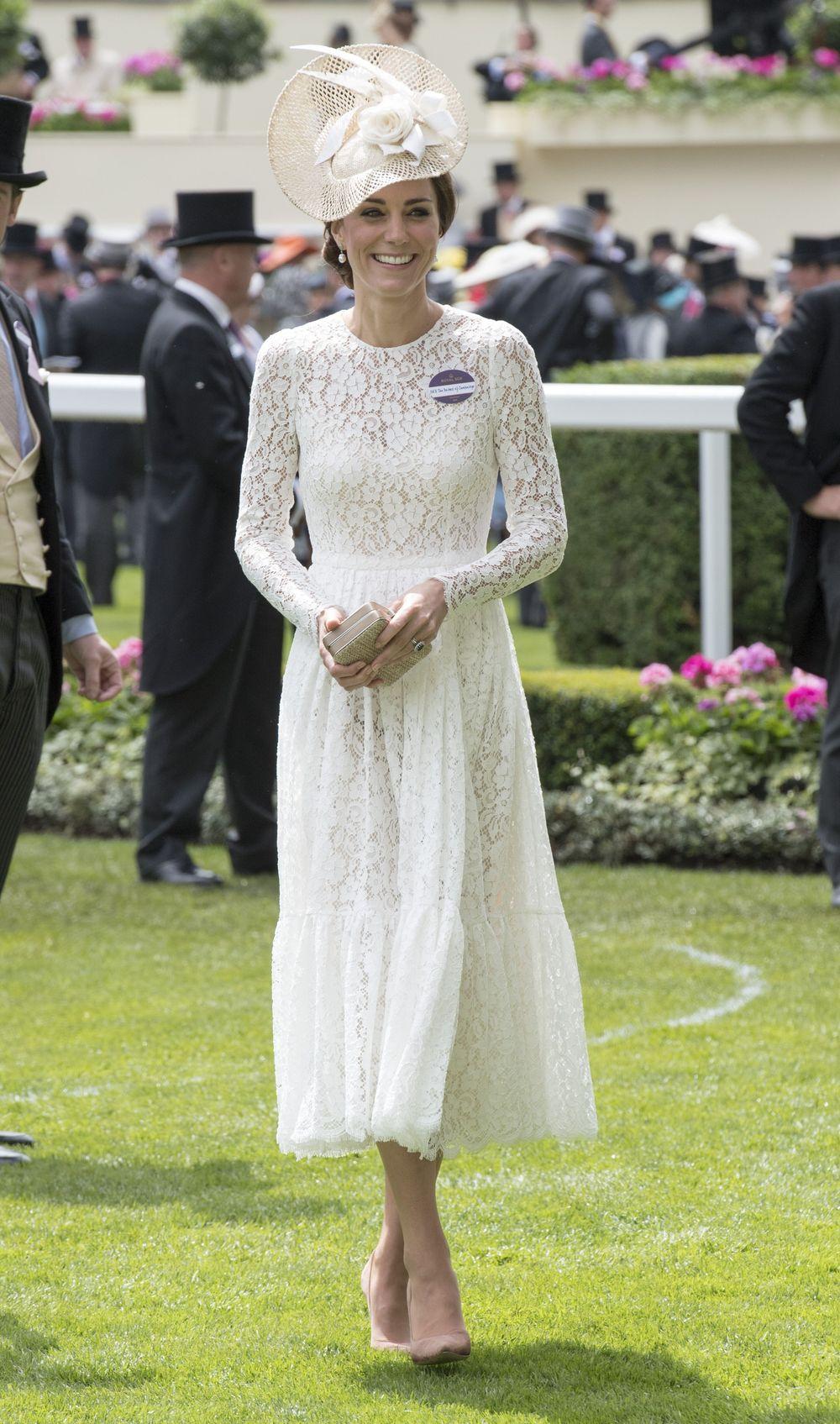 Кейт в белом платье