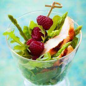 Салат с малиной, куриной грудкой и рукколой (Рецепт)
