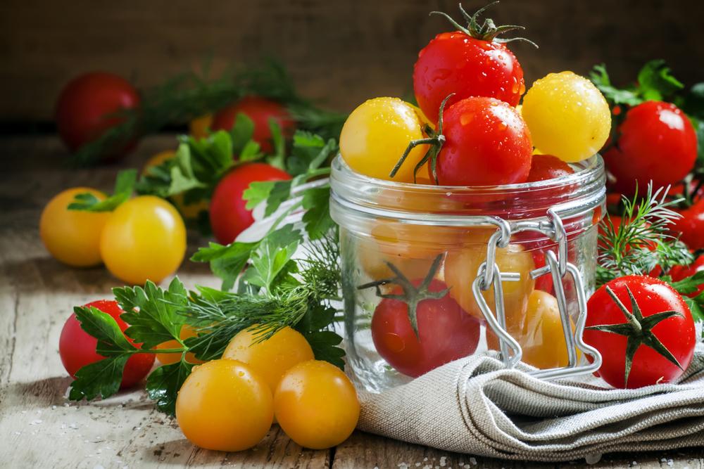 помидоры лежат на столе
