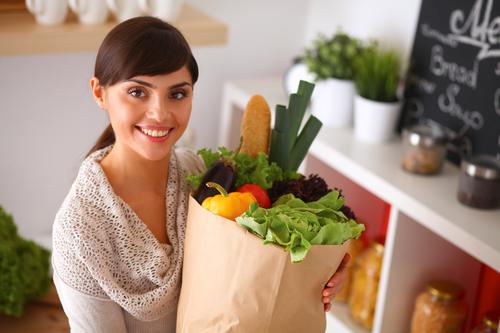 женщина купила овощи