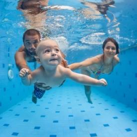 В чем польза раннего плавания для детей