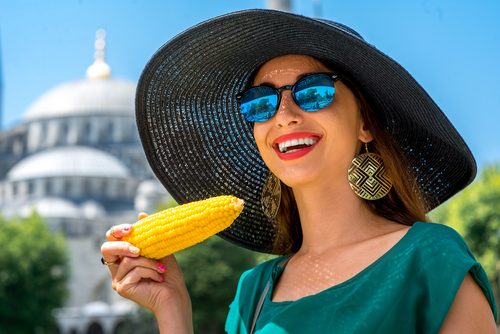 женщина ест кукурузу