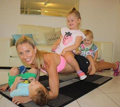Мама занимается спортом с детьми