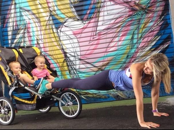 Мама делает планку, используя детскую коляску