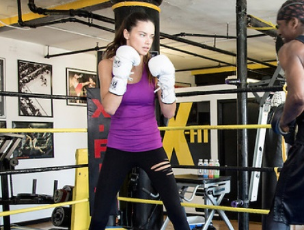 Адриана Лима боксирует
