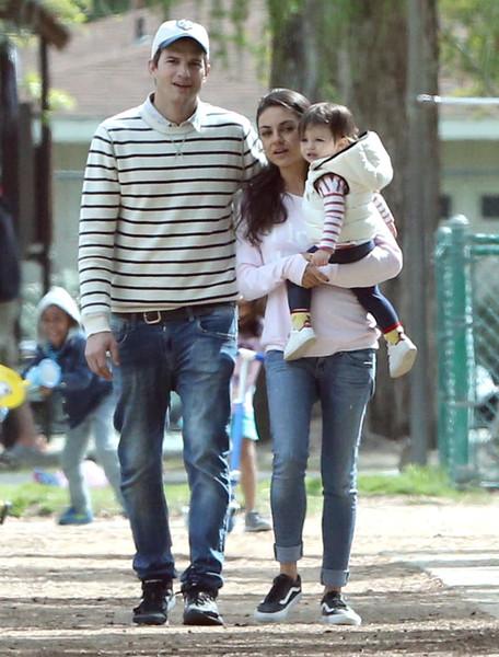 Мила Кунис с дочерью и мужем