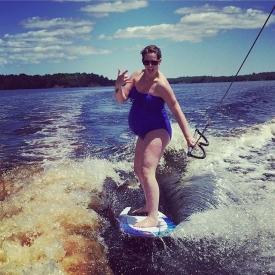 Вейксерфинг на 41 неделе беременности: американка стала звездой соцсетей (фото)