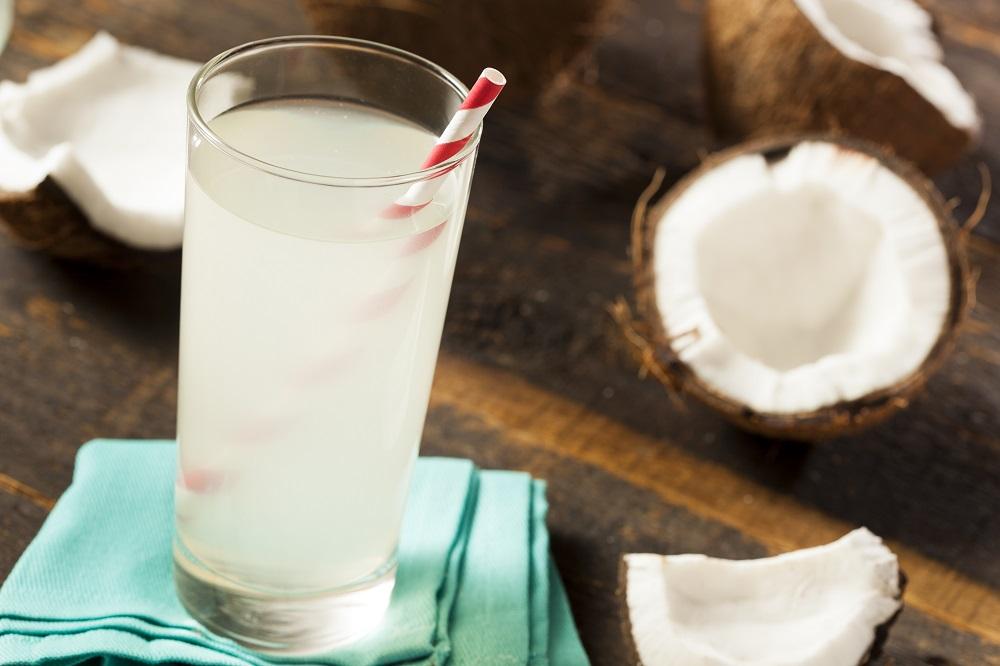 кокосовая вода в стакане