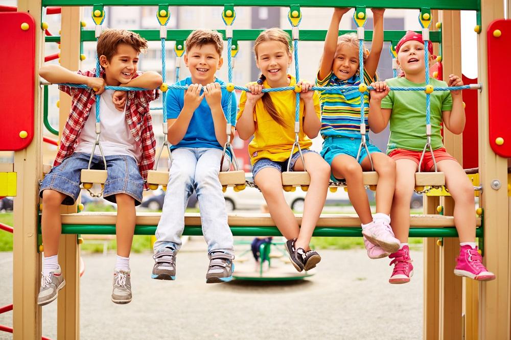 дети на качелях