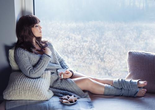 женщина сидит у окна