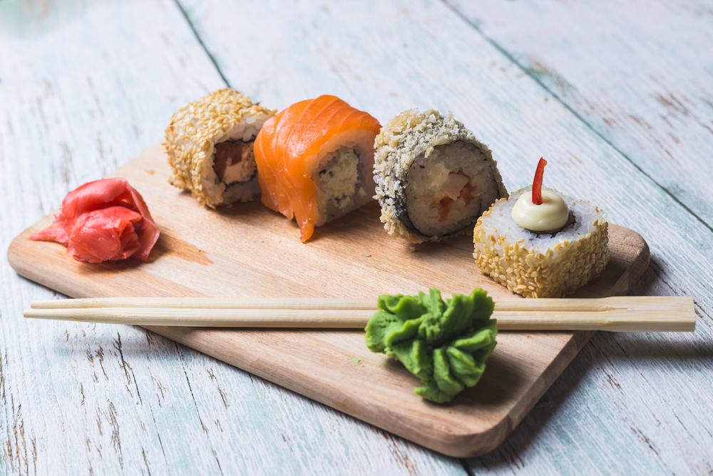 суши и васаби лежат на столе