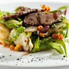 Салат с говядиной-гриль и облепихой (Рецепт)