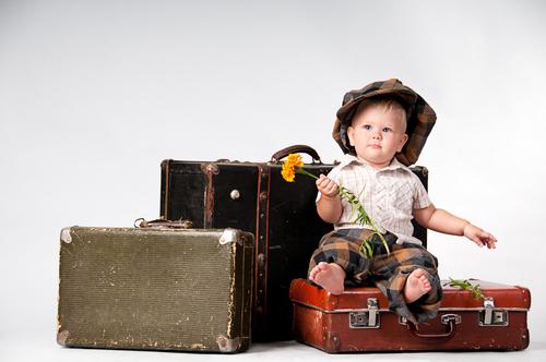 ребенок на чемоданах