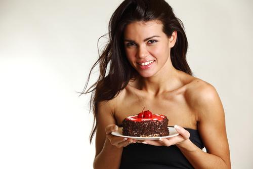 женщина с тортом