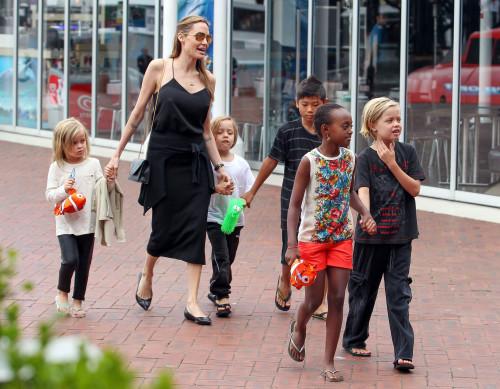 Джоли с детками