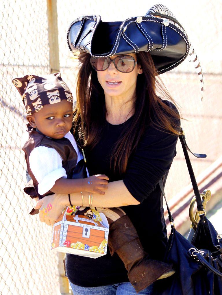 сандра баллок с ребенком