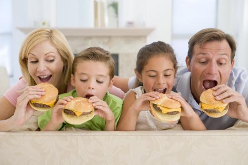 семья ест фастфуд