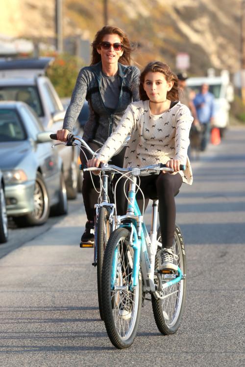 Синди Крофуорд с дочкой катается на велосипеде