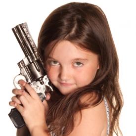 игры детей,кукла для мальчика,пистолет для девочки,как играют дети