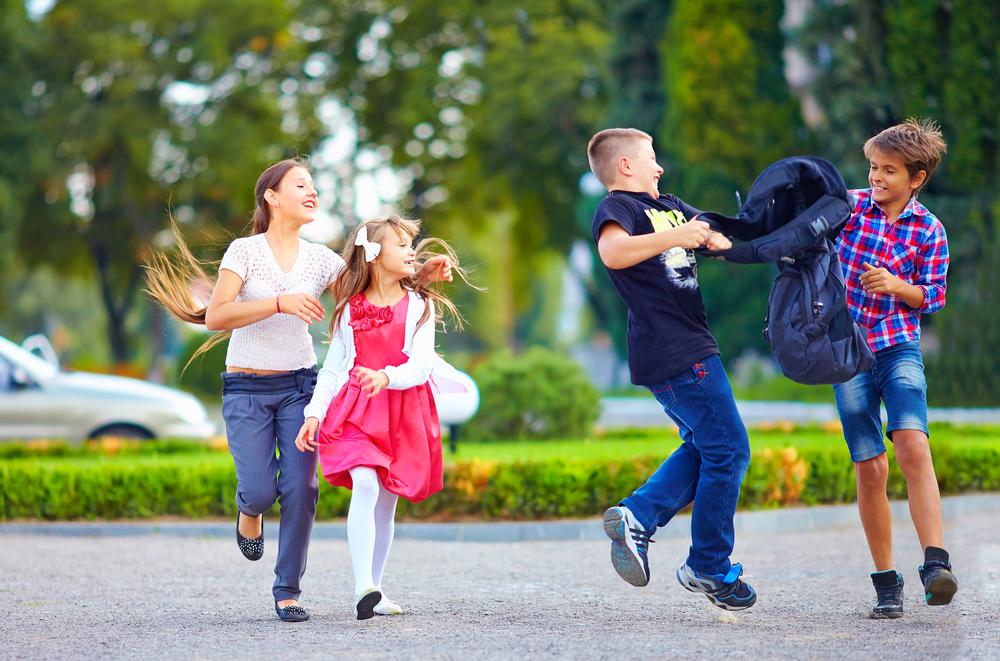 школьники на прогулке