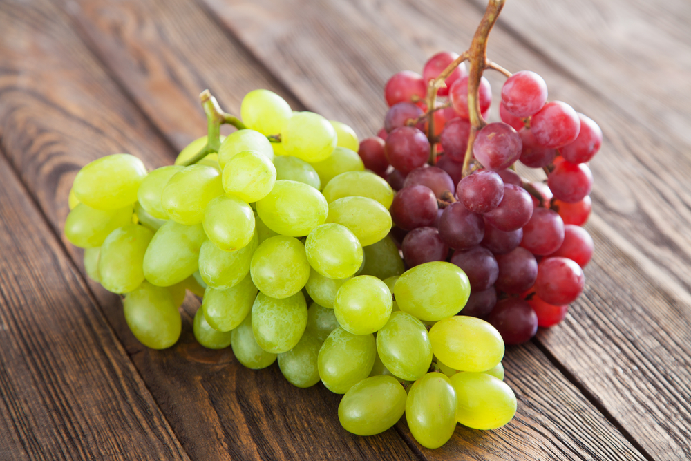 Виноград лежит на столе