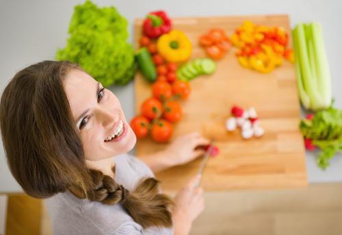 женщина режет овощи