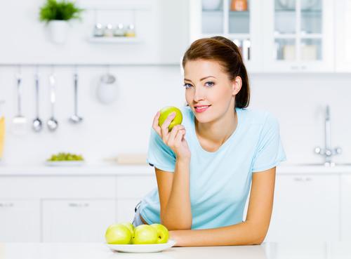 женщина ест яблоки