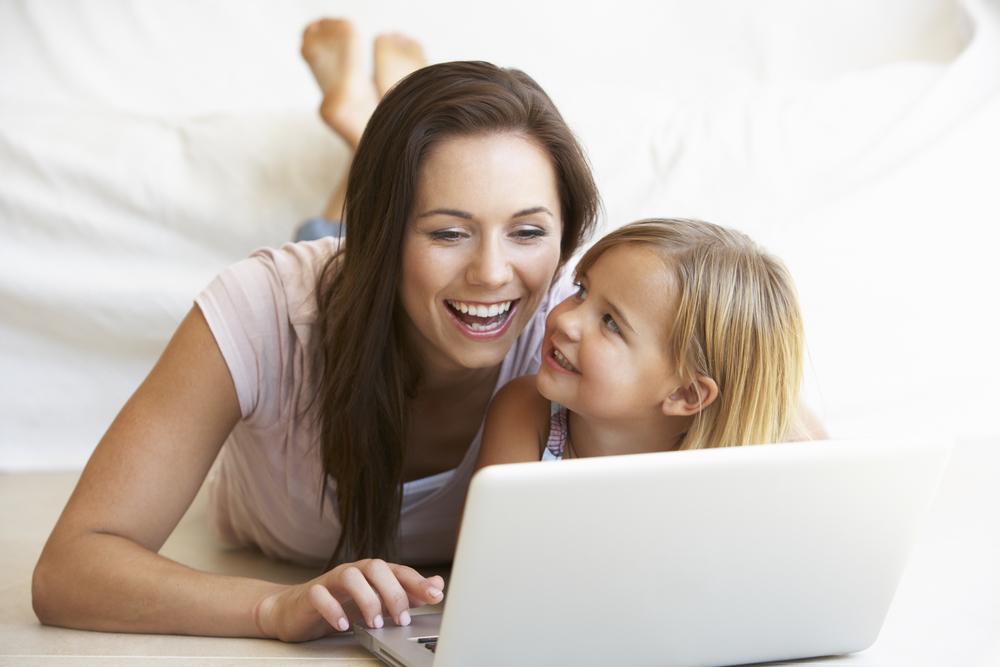 Дочка с мамой за компьютером