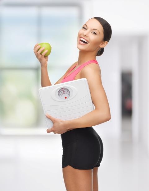 женщина на диете с яблоком