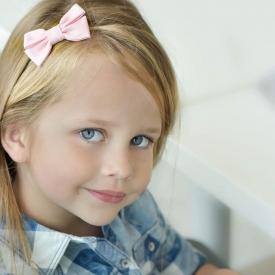 Детский тренд бантики в прическе: как носить и с чем сочетать