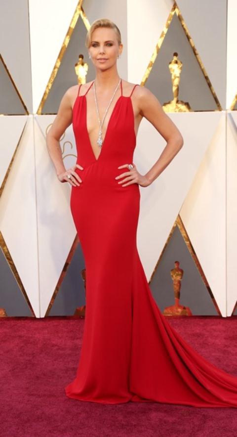 Шарлиз Терон в красном платье