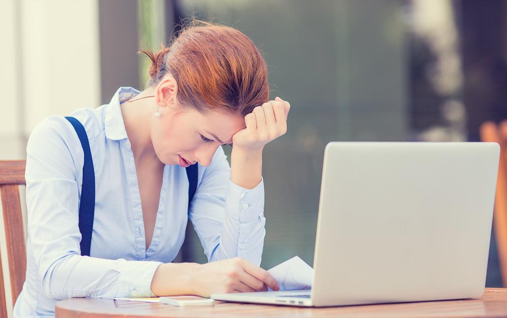 женщина устала за ноутбуком