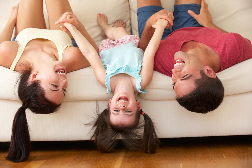 Родители и ребенок на диване